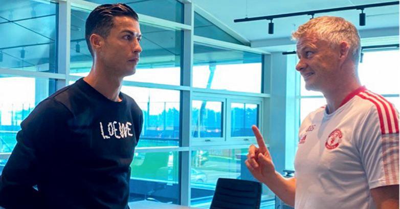 Ronaldo đến sân tập của M.U ra mắt đồng đội mới, hàn huyên với HLV Solskjaer